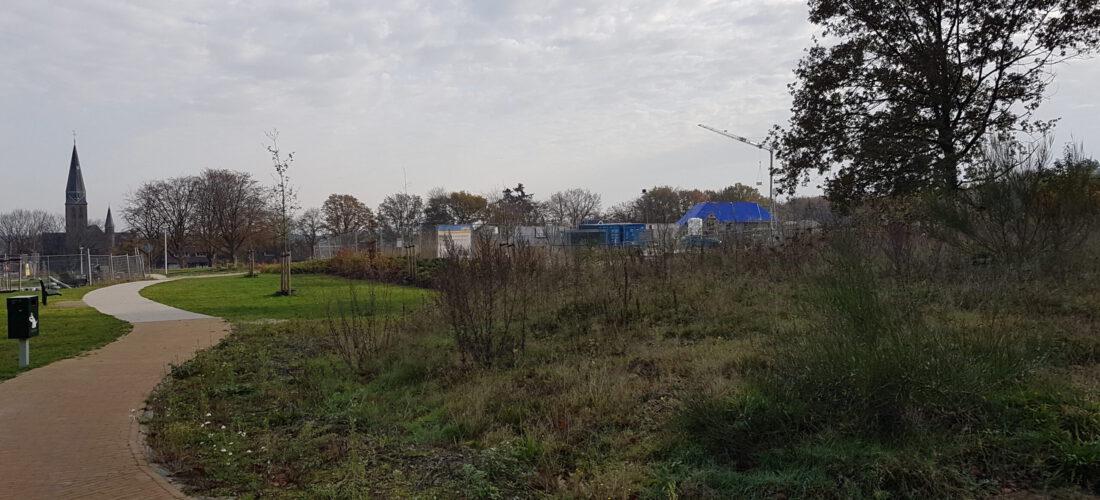 lokatie van het gebouw, zuid zijde, rechts de zeer oude grafheuvel (nov. 2020)